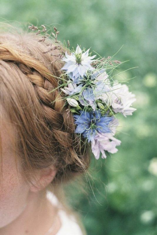 30 stunning ways to wear wedding hair flowers country garden natural min 683x1024 1
