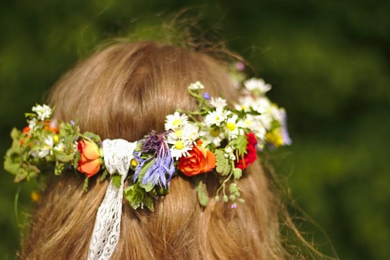 30 stunning ways to wear wedding hair flowers daisy chain nostalgia min