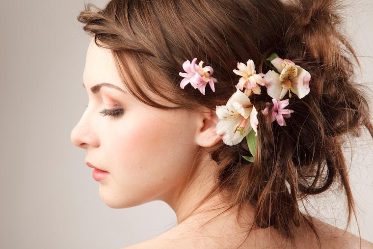 30 stunning ways to wear wedding hair flowers side on florals min